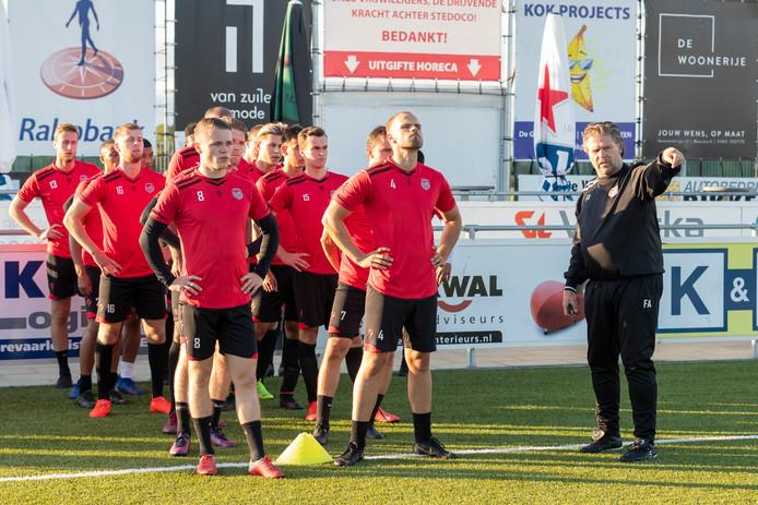 Trainer Frans Adelaar wijst de spelers van SteDoCo op de eerste training al de weg.