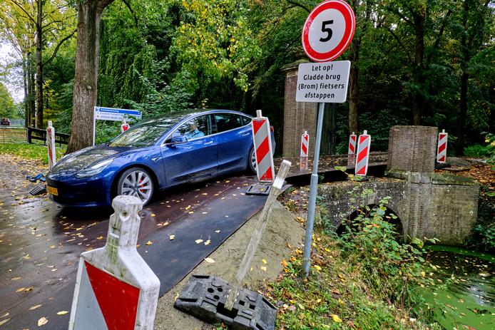 De noodbrug naar landgoed Klein Amstelwijck is volgens ondernemers spekglad en gevaarlijk.