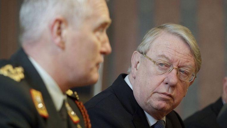 Minister van Defensie Hans Hillen (R) kijkt naar generaal Peter van Uhm op het Ministerie van Defensie in Den Haag. Beeld anp