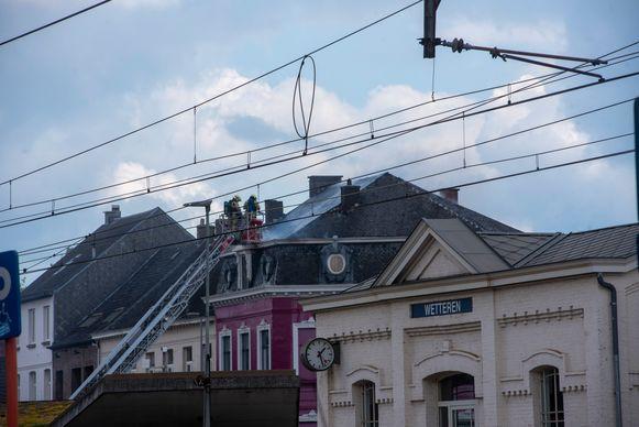 Ook het dak van Villa Omaar aan de overkant van de spoorweg vloog in brand.