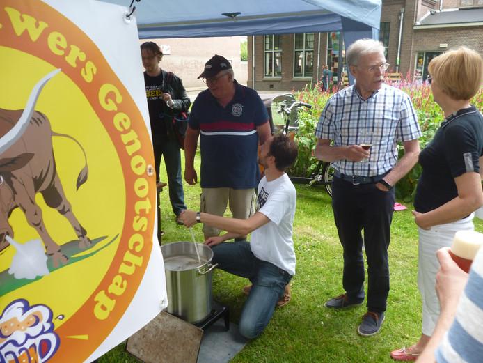 Het Maasland Thuisbrouwers Genootschap showt het brouwprocedé.