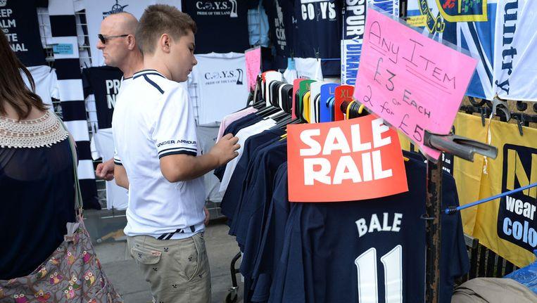 De shirts van Gareth Bale zijn in Engeland al in de uitverkoop gegaan, vooruitlopend op zijn transfer naar Real Madrid. Beeld getty