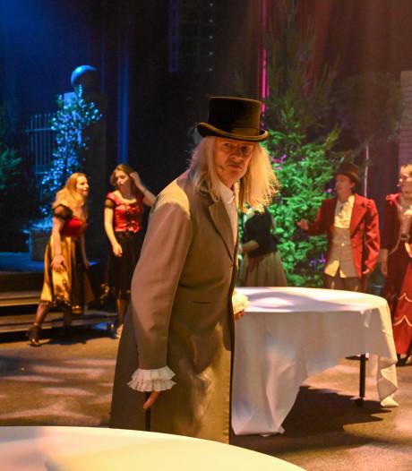 Dickensfiguren dansen tussen de dinertafels door bij musical Scrooge