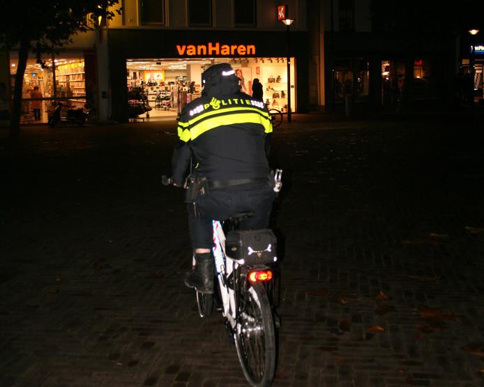 Een agent patrouilleert in centrum Oss.