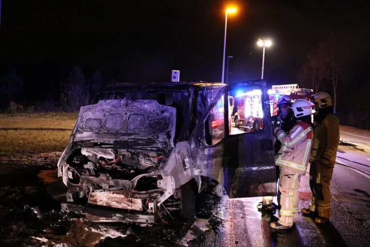 Het voertuig is volledig uitgebrand.
