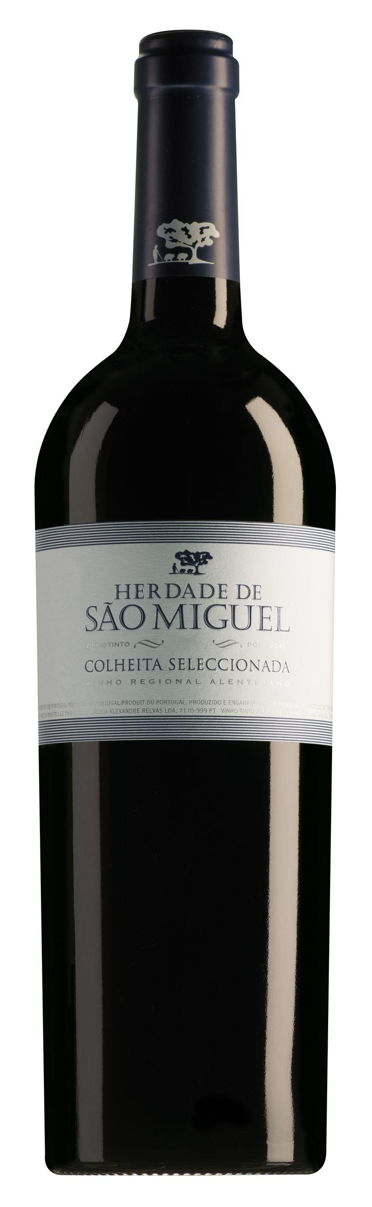Zoals we van de als Les Généreux samenwerkende wijnhandels gewend zijn is ook deze rode weer een zonnetje van een wijn. Alles klopt, alles is in harmonie. Kruidigheid danst een elegante pas de deux met de vanille uit houtrijping, er is frisheid tegenover de alcohol, concentratie en een fraaie nagalm na het doorslikken. Hoog niveau.  Herdade de São Miguel 2017, Alentejo lesgenereux.nl € 8,7 Beeld