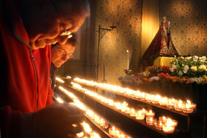 Kaarsen branden bij de Zoete Moeder van de Sint-Jan.
