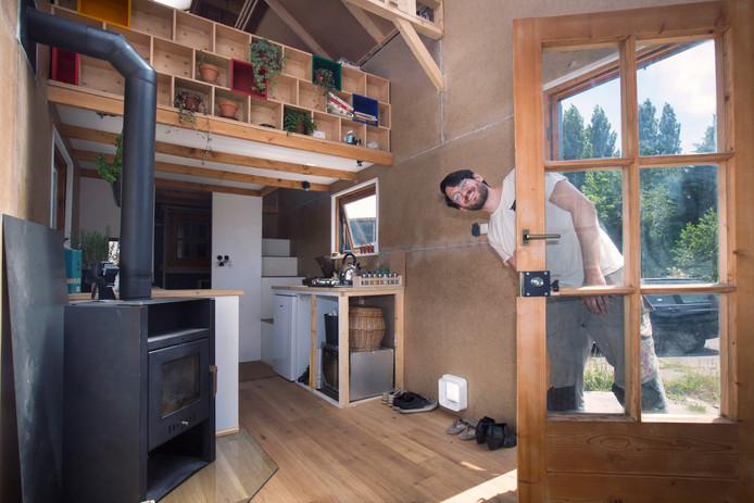 Een tiny house biedt binnen weinig ruimte. Toch zijn steeds meer mensen gecharmeerd van het kleine wonen. R&B Wonen wil nu ook in Hoedekenskerke vijf tiny houses neerzetten.