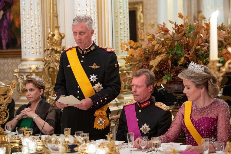 Koning Filip op het staatsbanket, geflankeerd door groothertogin Maria Teresa en groothertog Henri. Rechts zit koningin Mathilde.