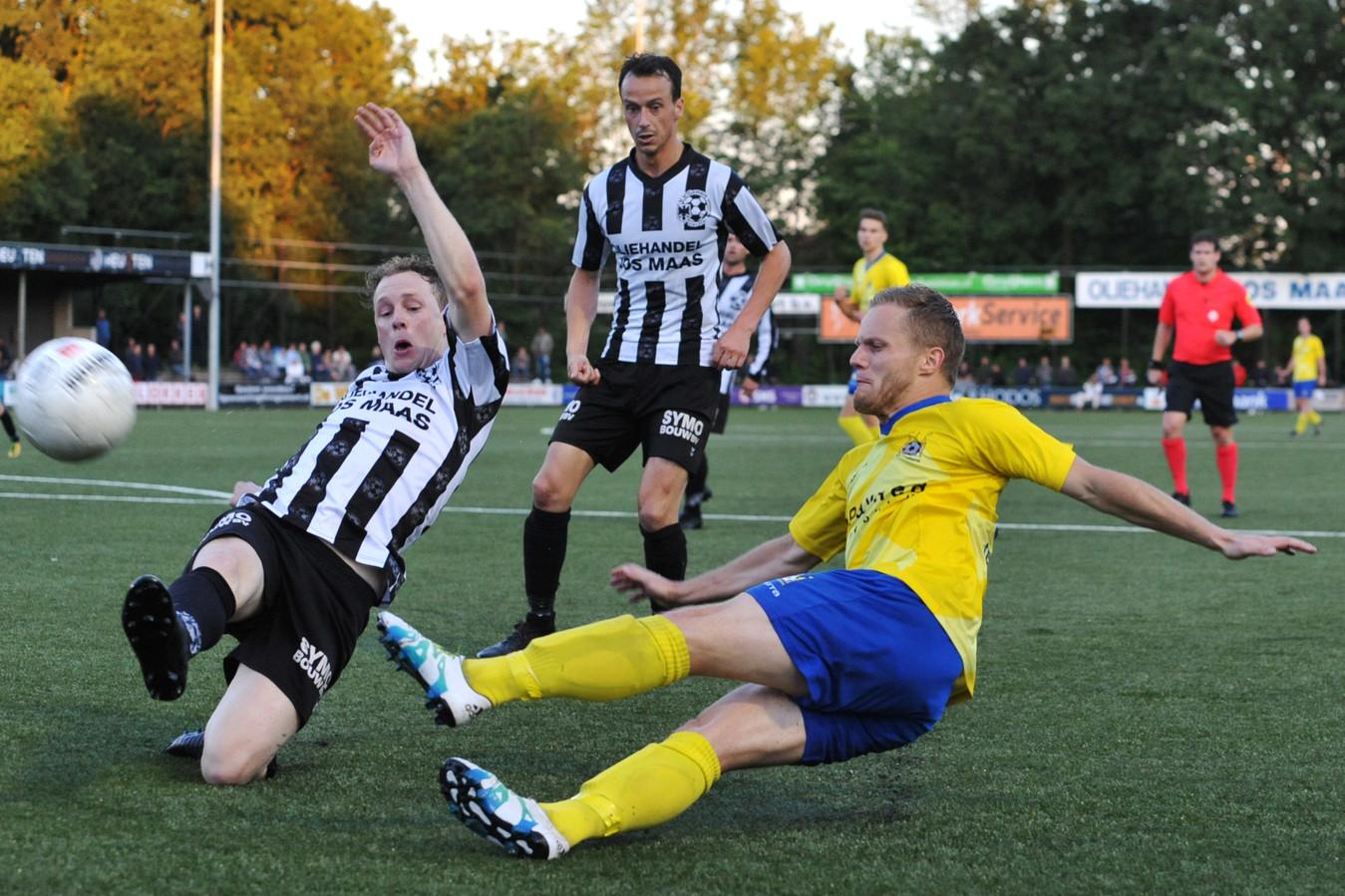 Gemert-verdediger Kees Brugmans probeert een voorzet van Ferdi ter Avest van Staphorst tegen te houden. Jens Leijten kijkt toe.