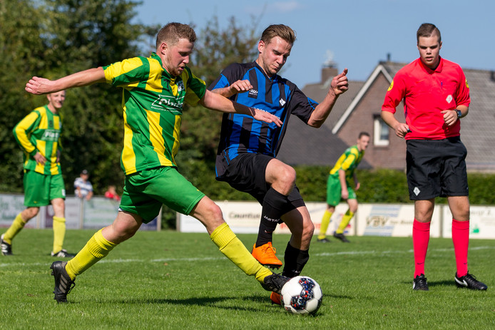 Roy Hutting van DWSH (rechts) in duel met Constantia-speler Joeri van de Weijer.
