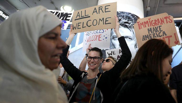 Duizenden demonstranten verzamelden zich de afgelopen dagen bij onder een vliegveld in Los Angeles om te protesteren tegen Trumps immigratiemaatregel. Beeld afp