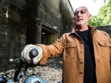 Ambulancebroeder gaat in zaken met vintage motorhandschoenen