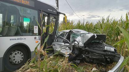 Auto knalt frontaal tegen lijnbus