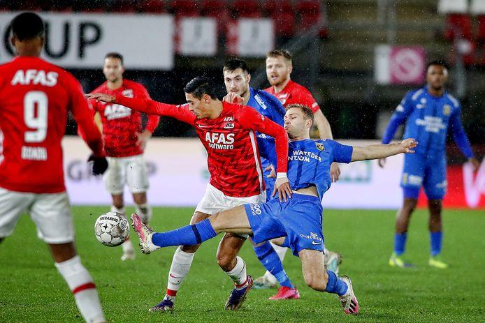 Sondre Tronstad (blauw shirt) in duel met Tijjjani Reijnders van AZ.