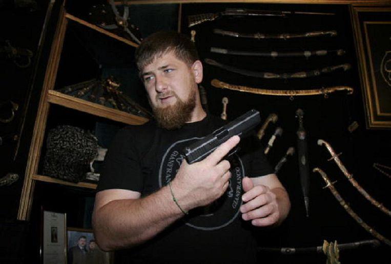 Ramzan Kadyrov staat erom bekend met ijzeren hand te regeren. In 2005 poseerde hij nog met een arsenaal aan wapens.