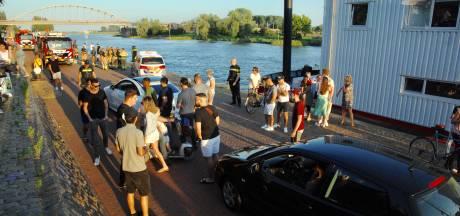 Auto rijdt vanaf Arnhemse Rijnkade de rivier in