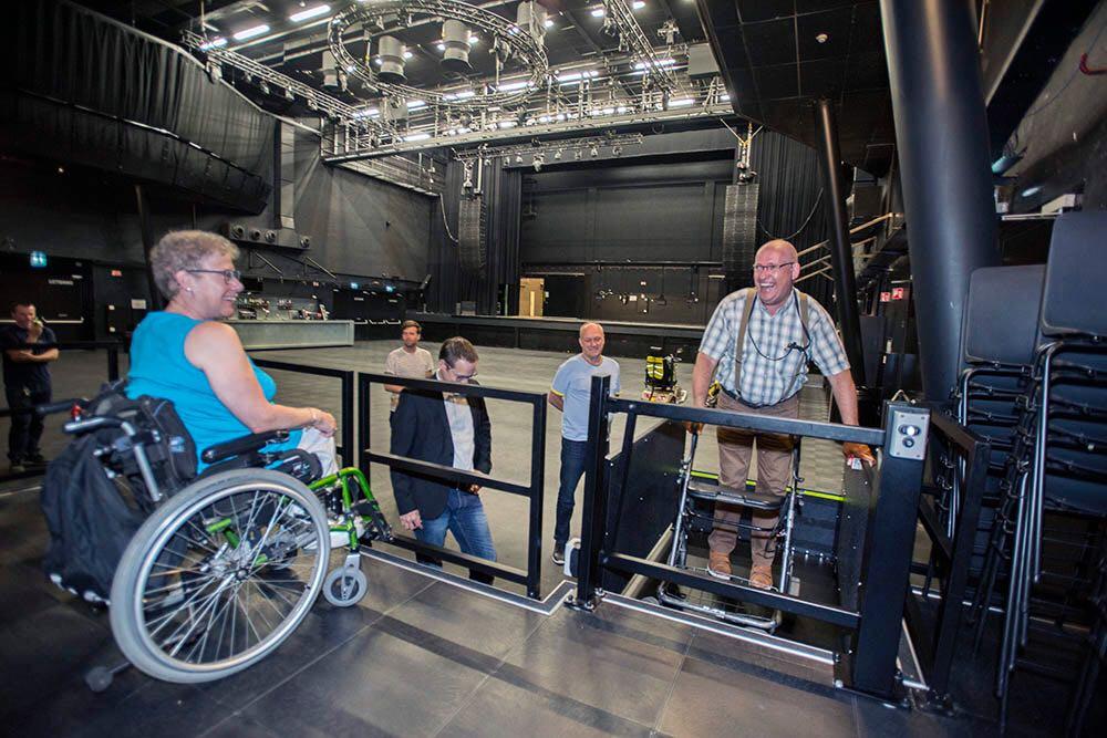 Liesbeth en René ter Horst testen het nieuwe podium uit. Frens Frijns (in het blauw), Jan Geurts (links van hem) en daarachter Emiel Haring van 013.