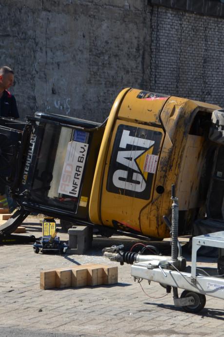Persoon ernstig gewond onder omgevallen graafmachine in Rotterdam-Delfshaven