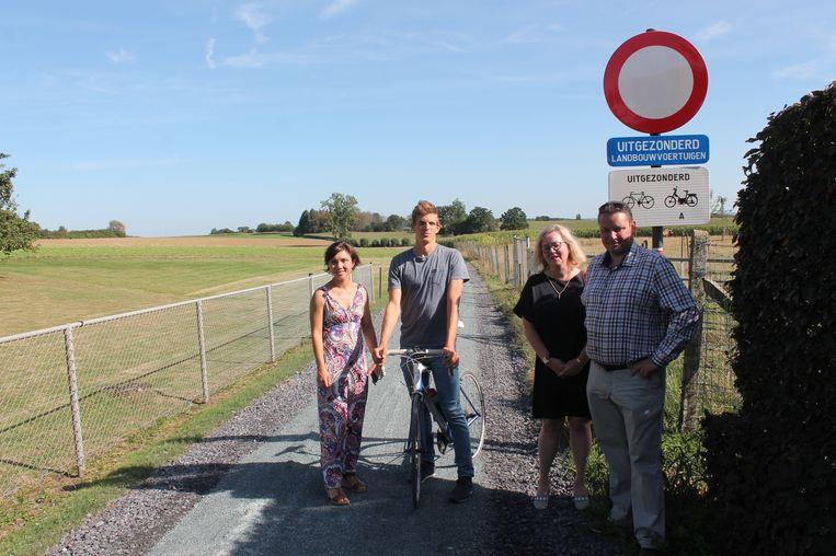 Het Lennike gemeentebestuur opent plechtig de nieuwe trage weg aan de Tombergstraat.