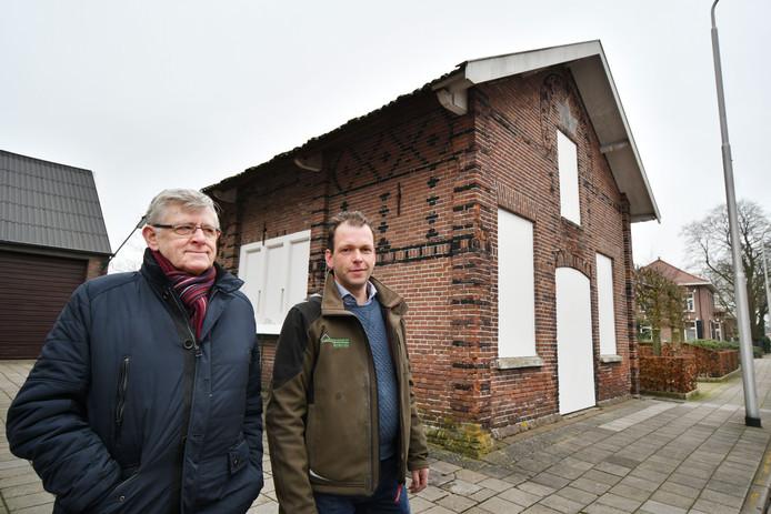 De oude synagoge in Vriezenveen staat op instorten. Vader (O.) en zoon (Frank) Arends bij het pand.
