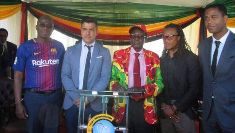 President Robert Mugabe poseert voor een foto met Barcelona legende Edgar Davids, Patrick Kluivert en Garcia. Beeld TheStandard