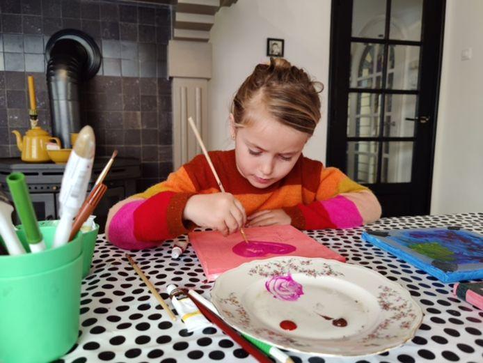 Puck (7) uit Oosterhout schildert om geld op te halen voor kankeronderzoek.