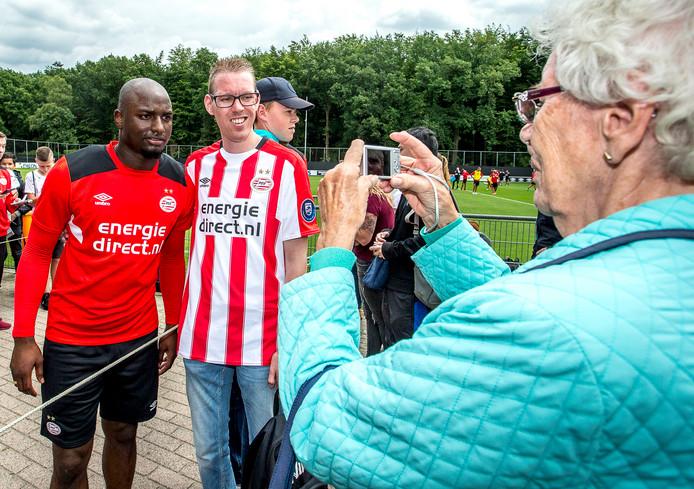 Nu het nog kan: op de foto met Jetro Willems. Hoe lang draagt hij nog het shirt van PSV?  edith