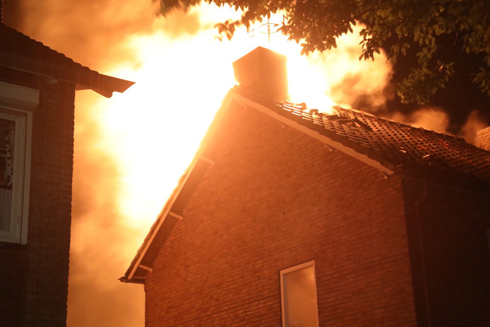 Na de blikseminslag sloegen de vlammen uit het dak van de woning aan de Orseleindstraat in Oss.