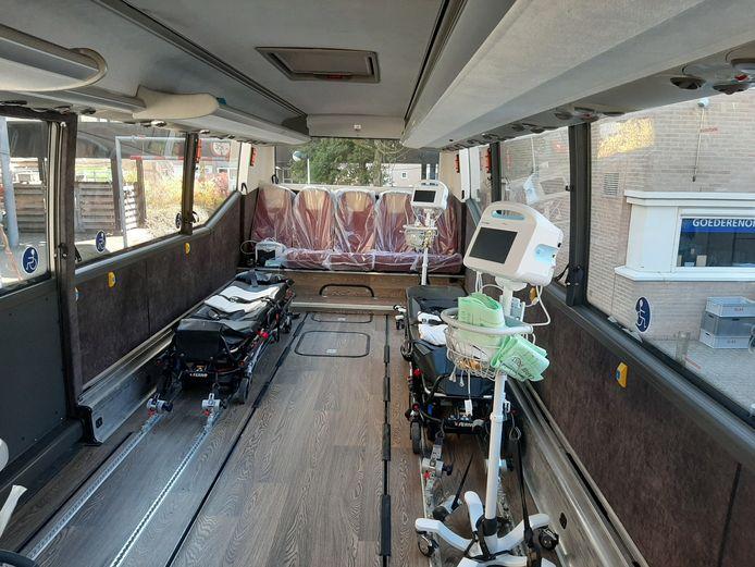 In de coronabus is plek voor voor mensen op een brancard.