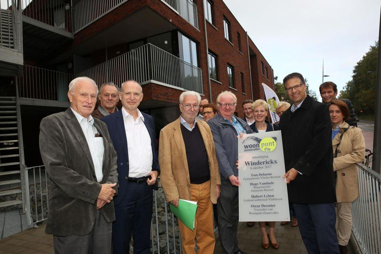 Het gemeentebestuur van Beersel en medewerkers van Woonpunt Zennevallei huldigen het nieuwe woonproject in.