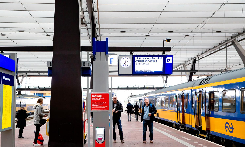 """Ook al hoeven reizigers buiten de spits géén toeslag te betalen, NS wil wél dat ze toeslag van 0 euro """"kopen"""" bij de toeslagzuil."""