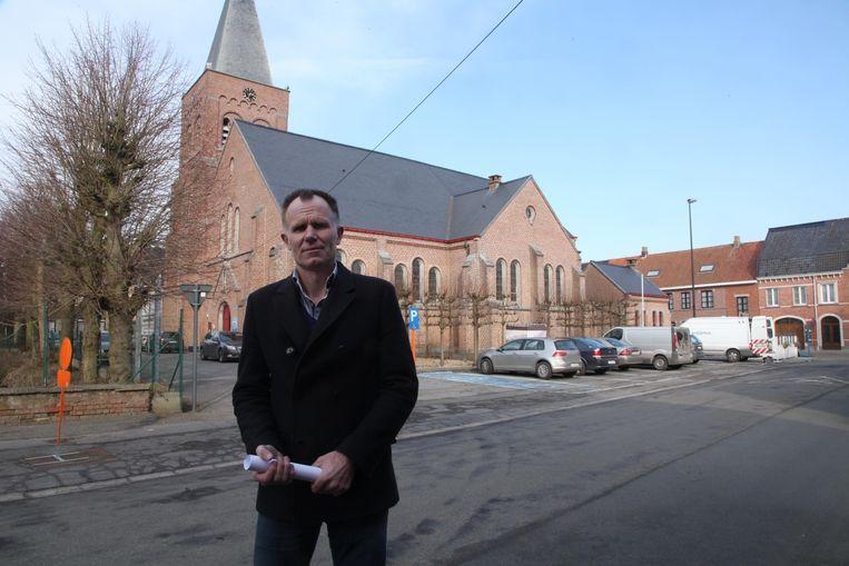 Schepen van Openbare Werken Pol Verhelle aan de kerk in Slypskapelle, waar nu nog bomen rond de kerk staan en parkeerplaatsen liggen.