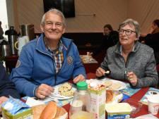 Gorcumers eten samen een krentenbol in zoektocht naar verbinding
