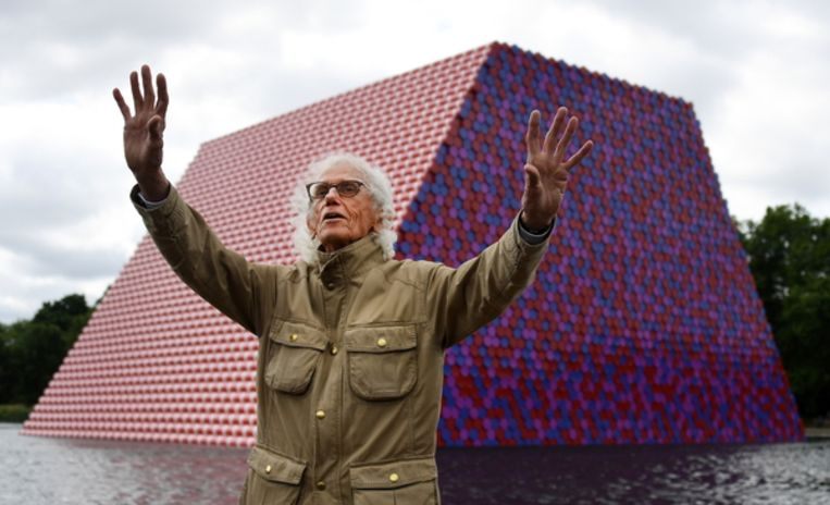 Christo voor zijn kunstwerk Mastaba in Londen. Beeld EPA