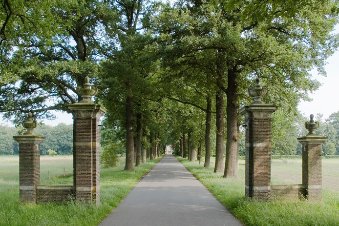 De toegangsweg van gedenkpark Kranenburg in Zwolle.