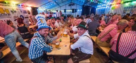 Pullen bier en pretzels op tafel bij eerste 8oberfest in Acht