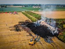 Brandweervrouw gewond bij enorme brand in stapel Wilgenhout: flinke rookoverlast in Hoeksche Waard