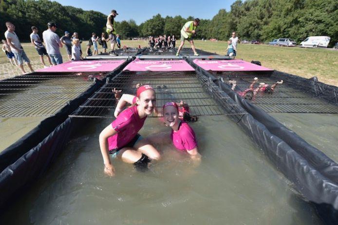 Deelnemers aan de Angel Mud Run.
