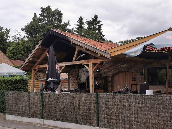 De nachtelijke brand veroorzaakte heel wat schade aan het overdekte terras van café De Welkom.