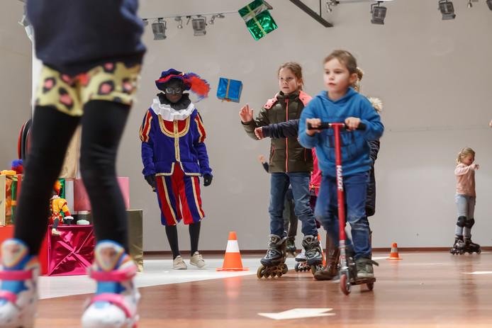 Sinterklaas was met zijn pieten volop aanwezig in het winkelcentrum van Etten-Leur. In de voormalige Cool Cat konden de kinderen rolschaatsen.