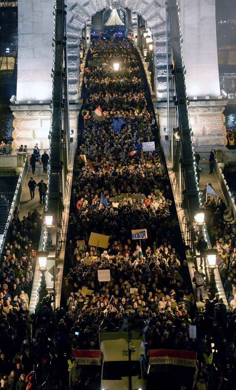Hongaren demonstreren op straat tegen de regering. Beeld afp