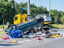 Drie gewonden bij botsing in Tilburg, auto ondersteboven op kruispunt