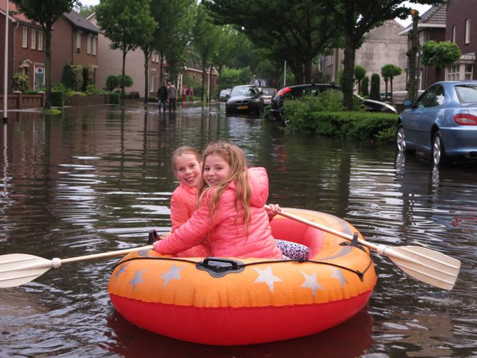 Lekker bootje varen door de Nieuwstraat in Valkenswaard.
