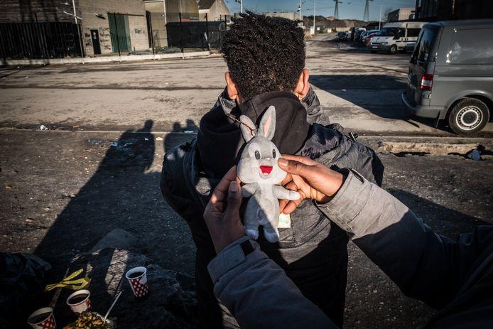 Kindvluchtelingen leven op straat in Calais.