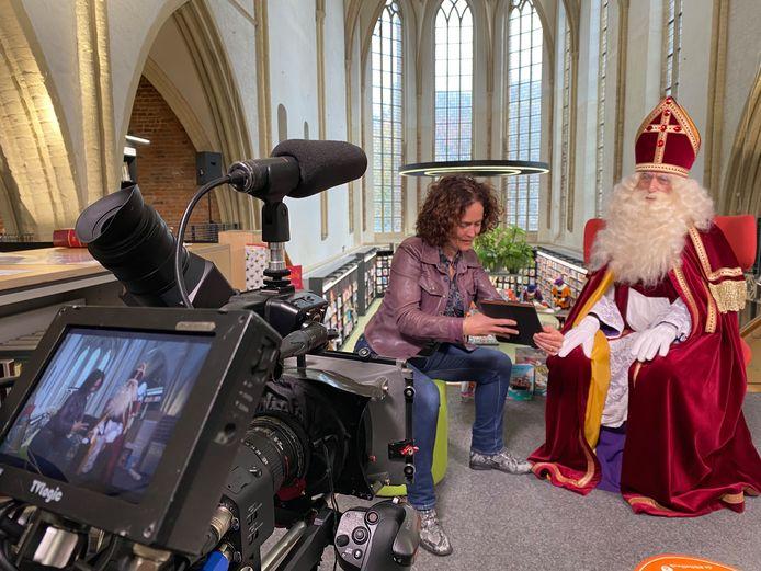 Marlies Claasen, die normaal gesproken de Sint ontvangt op de IJsselkade, heeft de goedheiligman reeds ontmoet voor een gesprek. Dat werd opgenomen door een cameraploeg. De Sint heeft morgen een boodschap voor alle Zutphense kinderen.