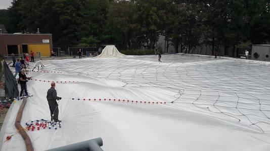 Medewerkers plaatsten maandag een tent boven het zwembad.