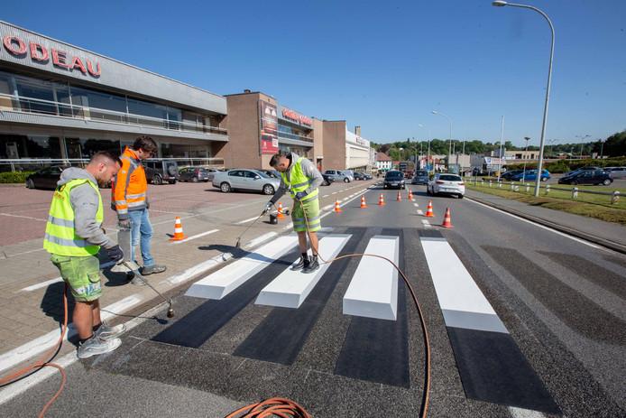 Dinsdag werd in Beersel het eerste 3D-zebrapad van Vlaanderen aangelegd. Op de Sint-Bernardsesteenweg komt binnenkort een gelijkaardig zebrapad.
