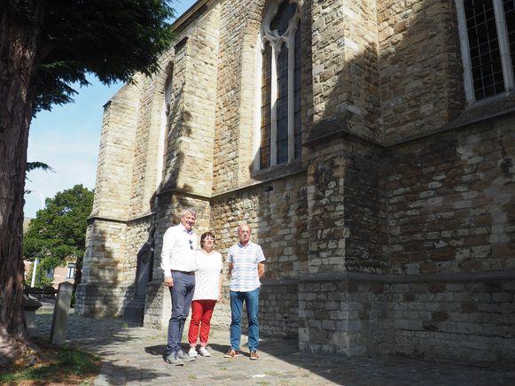 De Onze-Lieve-Vrouw van Bijstandkerk in Walem. Koen Anciaux, Eveline De haes en Jos Tournaye onder een van de gerestaureerde ramen.