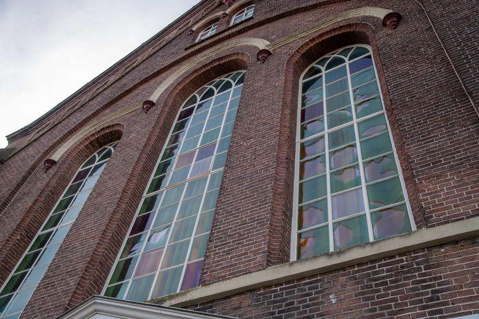 Nunspeet - Een twintigtal ruiten is gesneuveld door zwaar vuurwerk van de Dorpskerk.